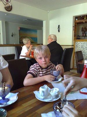 Elias äter glass