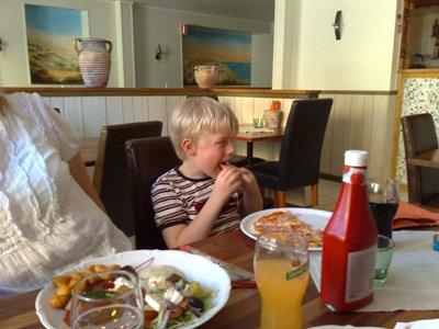 Elias äter pizza