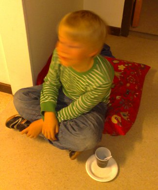 Elias fikar på golvet