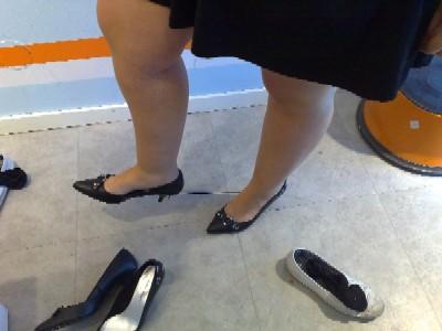 Frk Olsson provar skor