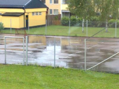 Regnpölar på tennisbanan