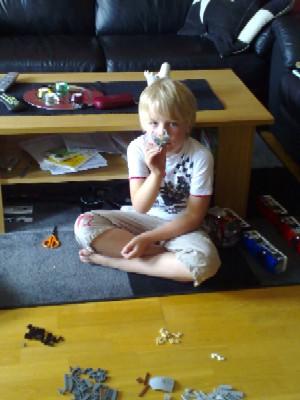 Elias bygger lego