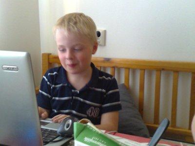 Elias vid datorn