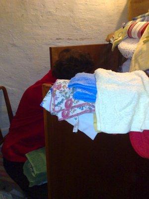 Mamma rensar i linneskåpet