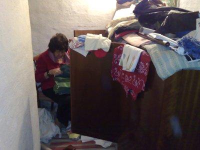Mamma rensar i linneskåpet2