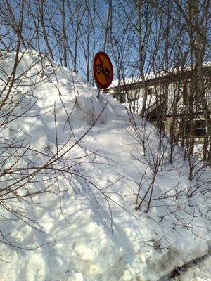 snöhög och vägskylt