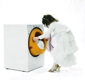 dam i vitt tvättar