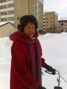 mamma på vinterpromenad närbild
