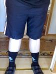 vita ben och svarta shorts samt strumpor o sandaler