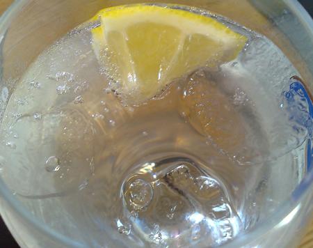 isvatten med citron