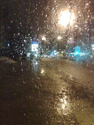 Regn på busskurens fönster