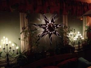 14 stjärna o stakar i köksfönstret