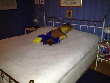 bäddad säng