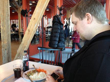 Johan äter kyckling på Logen