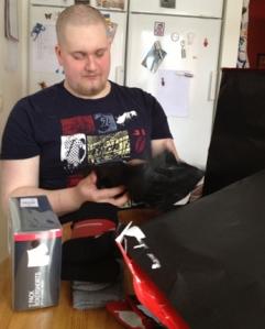 Johan öppnar paket