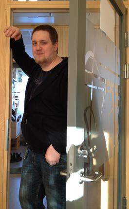Johan tittar in på kontoret