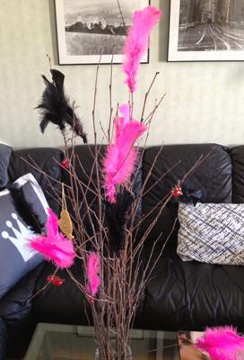 Påskris m rosa o svarta fjädrar