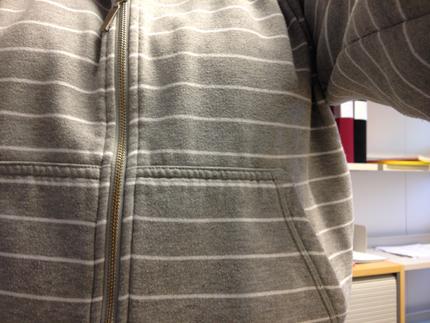 grårandig tröja