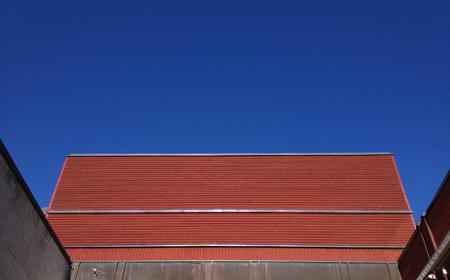 rött hus mot blå himmel