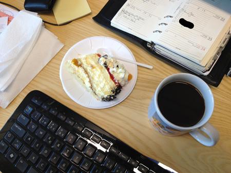 Tårta o kaffe vid datorn