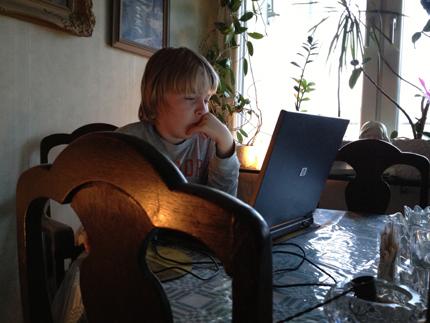 Elias vid datorn hemma hos mig