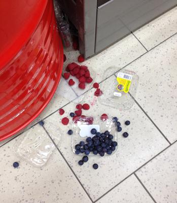 Hallon o blåbär på golvet