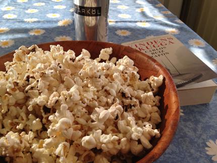 Popcorn öl och bok