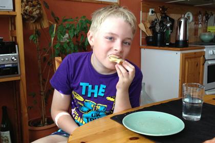 2 Elias äter frukost