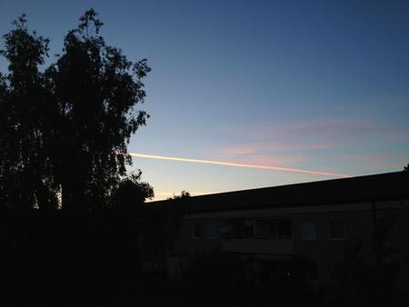 Skymning plan som lämnat spår på himlen