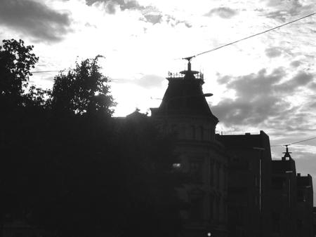 Junistad kväll i gråskala