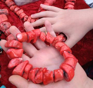 Röda smycken o Elias händer