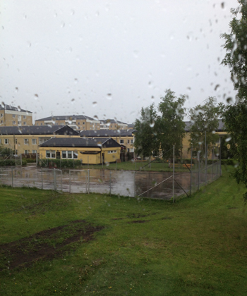 Regn på fönster o tennisbanan