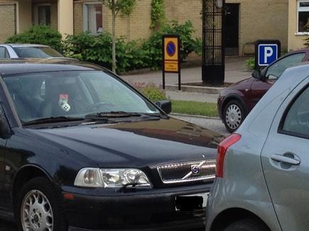 Bil m tärningar i backspegeln