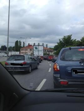 Bilköer vid broöppning