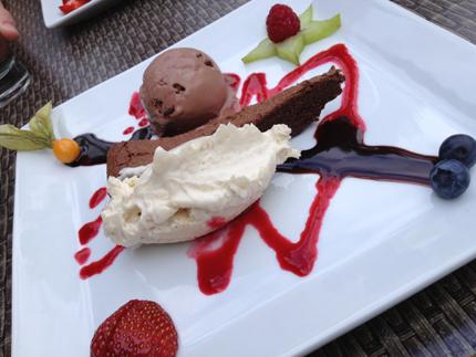 Chokladtårta med vit chokladmousse glass o bär