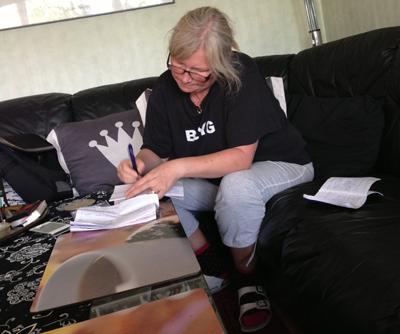 Anna skriver rent sina anteckningar