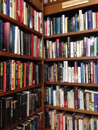 Böcker i bokhyllor på Röda Rummet
