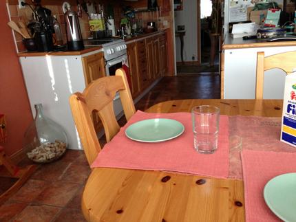 Elias tomma plats vid köksbordet