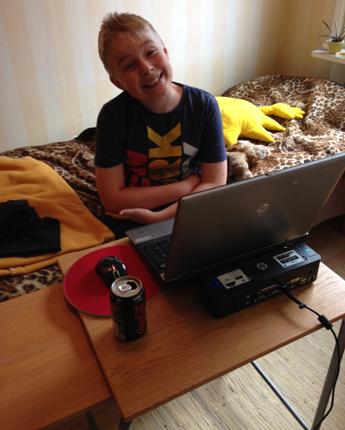 Elias vid datorn i gästrummet