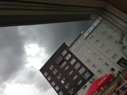 Mörka moln utanför fönstret