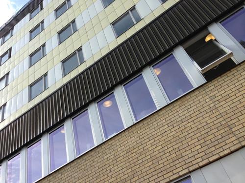 sjukhusfasad med ett enda öppet fönster