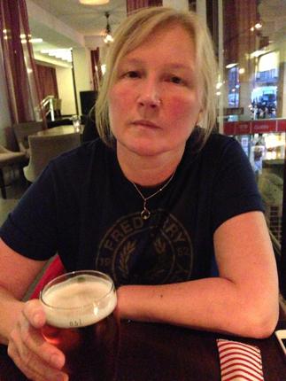 Anna med en öl