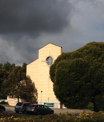Mörka moln ovanför kyrkan