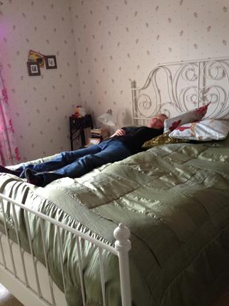 Anna på sin nya stora säng