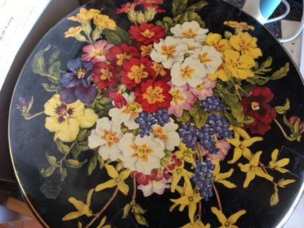 Fin burk med blommor på