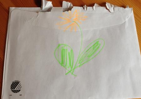 Kuvert med blomma på baksidan