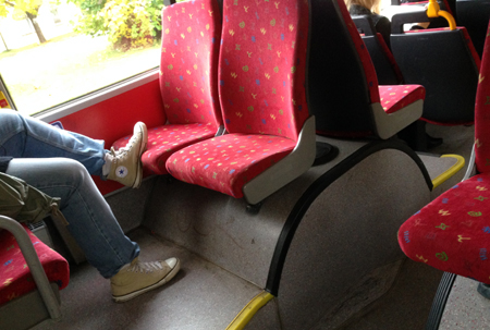 Fot på bussätet