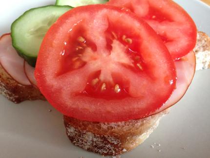 Macka med mycket tomat