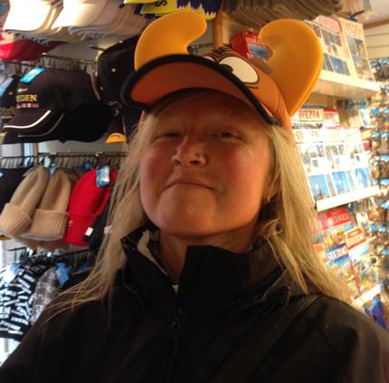 Anna provar hatt