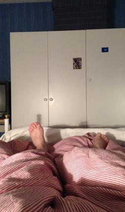 Tofflans fötter i sängen